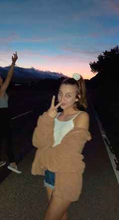promise to love me forever more💗 Outfits For Teens, Summer Outfits, Cute Outfits, Babe, Emma Style, Solo Pics, Emma Chamberlain, Celebs, Celebrities