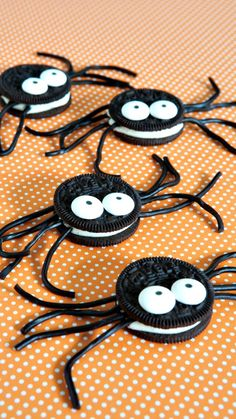 Spinne basteln - 60 krabbelige Halloween Deko Ideen zum Selbermachen - oreo spinne basteln halloween Imágenes efectivas que le proporcionamos sobre healthy lunch ideas Un - Halloween Desserts, Buffet Halloween, Comida De Halloween Ideas, Halloween Oreos, Soirée Halloween, Fun Halloween Treats, Hallowen Food, Adornos Halloween, Manualidades Halloween