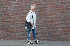 Outfit: Zara Ripped Jeans, weißer Pullover, Nike Blazer