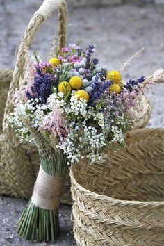 ramo boho chic con flores de campo, en amarillo, rosa y lavanda con paniculata y craspedia www.bukkaflores.com