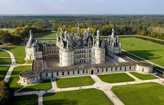 Chambord Castle - Château de Chambord - Loire Valley, France - Watch: http://destinations-for-travelers.blogspot.com.br/2014/12/castelo-de-chambord-vale-do-loire-franca.html