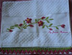 Toalha bordada com pontos livres e com bico de crochê.