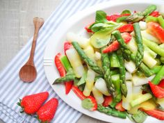 Asparagus salad with strawberries and mango dressing Source by . Lunch Recipes, Summer Recipes, Baby Food Recipes, Salad Recipes, Dinner Recipes, Healthy Recipes, Fruit Recipes, Easter Recipes, Asparagus Salad