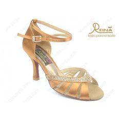 Sandalias de salsa fabricadas en raso italiano y piedras de cristal. Se fabrican en dos colores y todas llevan el tacón forrado del mismo material. #shoes #dance #calzado #calzadodeportivo #cucumpa #valencia #hombre #mujer #baile #salsa #latino