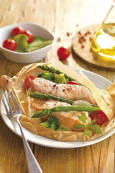 cenas sanas salmon esparragos silvestres. Salmón con verduritas en su jugo