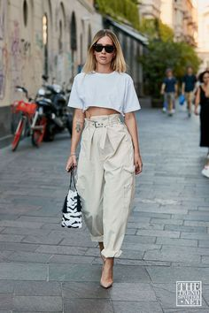 The Fall Trend I'm Willing to Put Aside My Jeans For Cargo Pants Trend for Fall – Spring summer fashion – street style – crop [. 2020 Fashion Trends, Spring Fashion Trends, Fall Trends, Summer Trends, Fashion 2020, Look Fashion, Daily Fashion, Spring Summer Fashion, Girl Fashion