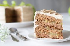 Cake with apple filling and nutmeg