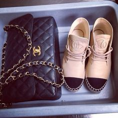 Tendance Basket Femme chanel I had to take my shoes off and purse to go through secruity. The Obstac Shoe Boots, Shoe Bag, Chanel Handbags, Chanel Purse, Chanel Shoes, Chanel Bags, Coco Chanel, Mode Style, Me Too Shoes