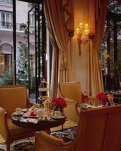La Gallerie, Hotel Georges V, Paris. Me encantaba desayunar aquí. Todos es una belleza! Las flores de Jeff Leatham, el restaurante Le Cinq! Todo!  Favorito en Paris