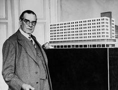 Behrens Peter *18681940Architekt Maler Graphiker Dvor dem Modell eines Hauses das Bestandteil seiner Baukonzeption für den Alexanderplatz in Berlin ist-1930-