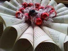 Riciclo Creativo: trasformare un vecchio libro Le pagine di un vecchio libro ingiallito continuano ad essere sfogliate, ma in maniera diversa. Come? Ormai siamo una catena di montaggio! Io arrotolo e Mattia incolla ed ecco cosa abbiamo realizzat #riciclo #carta #ghirlanda #centrotavola