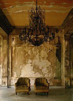 As belas imagens do fotógrafo Michael Eastman que, entre 1999 e registrou o luxo decadente da antiga Cuba. Abandoned Mansions, Abandoned Buildings, Abandoned Places, Wabi Sabi, Urban Decay, Old Houses, Old World, Painting, Inspiration
