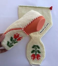 Huzur Sokağı (Yaşamaya Değer Hobiler) Diy Crochet Slippers, Knit Slippers Free Pattern, Baby Booties Knitting Pattern, Baby Knitting Patterns, Crochet Patterns, Crochet Girls Dress Pattern, Crochet Slipper Pattern, Scrap Yarn Crochet, Hand Embroidery Videos