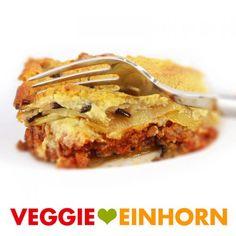 Unglaublich leckeres Rezept für griechische Moussaka: Der saftige Auflauf mit Auberginen, Kartoffeln und Tomatensoße ist vegetarisch und vegan. Der Auberginenauflauf mit veganem Hackfleisch ist ohne Fleisch und ohne Käse. Der Auflauf wird überbacken mit veganem Hefeschmelz mit Hefeflocken. Er ist super aromatisch und lecker! Ein tolles Mittag oder Abendessen, auch perfekt zum kochen für Gäste. #VeggieEinhorn #moussaka #vegetarisch #vegan #griechisch #aubergine #kartoffeln Apple Pie, French Toast, Vegetarian, Breakfast, Super, Desserts, Recipes, Food, Drinks