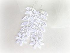 He encontrado este interesante anuncio de Etsy en https://www.etsy.com/es/listing/191229425/aretes-pendientes-flores-y-hojas-blancas