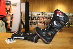 Te intrebi ce proprietati ofera modelele de cizme Gaerne GX1 si de ce sunt atat de populare in randul pasionatilor de enduro sau motocross? Citeste mai multe pe atvrom.ro Mai, Hunter Boots, Motocross, Rubber Rain Boots, Shoes, Fashion, Moda, Zapatos, Shoes Outlet