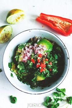 Guacamole to synonim imprezowego jedzenia - treściwe, pikantne i pełne orzeźwiających smaków. Wystarczy wielka miska pełna porządnego guacamole, do tego dobre pieczywo lub nachosy i można imprezować do rana.  Przyrządzenie guacamole jest [...]