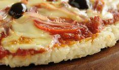 Misture bem até ganhar uma consistência de pasta e forre uma assadeira. Leve ao forno para assar a 180ºC por 25 minutos ou até ficar douradinha. Quando estiver bem consistente e sequinha, é só cobrir com molho de tomate e o recheio que preferir: fatias de tomate, cogumelos ou atum, temperinhos verde, queijos levar para derreter e gratinar o queijo.