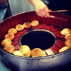 Pepper cakes (胡椒餅): Love a hot pocket? Try this one made in a hot clay pot. The buns have steamy pork seasoned with flavorful black pepper. This is a must-eat at night markets. (Photo credit: Flickr/Blowing Puffer Fish)