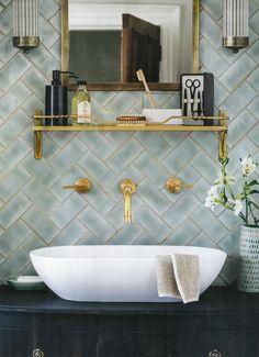 6 Tipps, um Ihre Badezimmer Renovierung Look Amazing 6 Tips to Make Your Bathroom Renovation Look Amazing brush Bathroom Renos, Bathroom Interior, Master Bathroom, Tiled Bathrooms, Modern Bathroom, Gold Bathroom, Serene Bathroom, Green Bathroom Tiles, Washroom