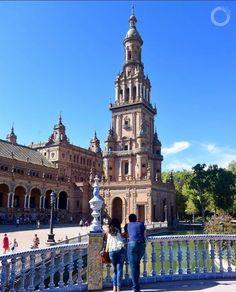 Admirar a suntuosa PLAZA DE ESPAÑA é um delicioso programa para se fazer em SEVILHA (Espanha)  Situada no Parque Maria Luisa esta simétrica e grandiosa praça inaugurada para a Exposição Ibero-americana de 1929 é um marco turístico da cidade.  Um programa obrigatório e gratuito da capital da Andaluzia!  www.porondeando.com  #destinosimperdiveis #travel #viagem #porondeando #blogdeviagens #porondeando_leoavelar #braroundtheworld #luxwt #worldplaces #luxurytravel #luxwtprime #wonderful_places…