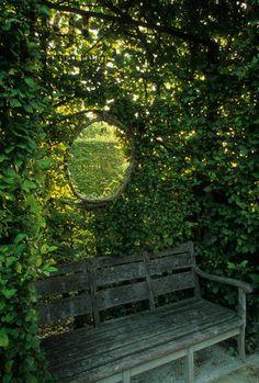Aidanteessa oleva aukko liittää puutarhan osaksi ympäröivää maisemaa.