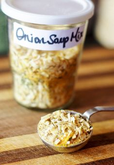 Make your own onion soup mix using only eight ingredients! The ingredients are dried onion flakes onion powder garlic powder dried parsley salt turmeric celery salt and black pepper. Combine and store in an airtight container. Homemade Onion Soup Mix, Homemade Spices, Homemade Seasonings, Gourmet Recipes, Soup Recipes, Cooking Recipes, Blender Recipes, Copycat Recipes, Vegetarian Recipes