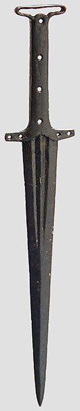 Schweiz/Süddeutschland, 14.Jhdt. Gegratete, am Ansatz beidseitig doppelt gekehlte Klinge. Vierfach gelochte (in Kunststoff teilweise ergänzte) Parierstange mit Randleisten eingefasster Angel. Gereinigter Bodenfund mit guter Substanz, Klinge und Griff größtenteils schwarz lackiert. Länge 34,5 cm.