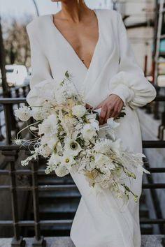 Todo lo que debes saber del Bouquet de Novia – ¿Cómo elijo el bouquet perfecto? El ramo de novia, Significados del ramo de novia, Consejos para elegir el ramo, ¿Cuál es la diferencia entre ramo y Bouquet? Lace Wedding, Wedding Dresses, Bridal Style, Floral, Beautiful, Fashion, Wedding Dress Lace, Bridal Gowns, Queen Cleopatra