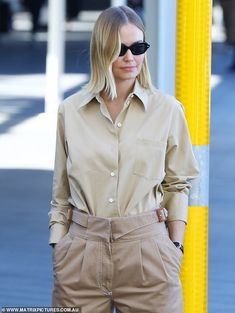 Natasha Oakley flashes her washboard abs in a crop top while jogging in Bondi in Sydney Girl Fashion Style, Fashion Styles, Lara Worthington, Louis Vuitton Luggage, Safari Chic, Beige Shirt, Moving To Los Angeles, Shades Of Beige, Blonde Bobs