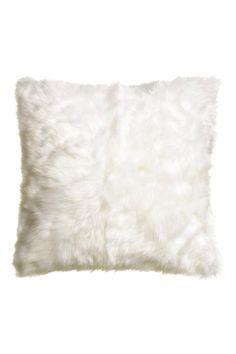 Capa almofada pelo sintético: Capa de almofada em pelo sintético com a parte de trás em algodão. Fecho éclair oculto.