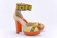 Dione edicion limitada Huichol linea zapatos clutch bolsos   Galería de fotos 10 de 21   Vogue México FREGONES! Mexican Colors, Mexican Style, Up Shoes, Dress Shoes, Beaded Shoes, All About Shoes, Dallas Wedding, Vogue, Stud Earrings