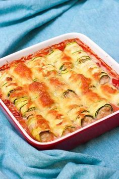 "Het lekkerste recept voor ""Lasagne van courgetterolletjes"" vind je bij njam! Ontdek nu meer dan duizenden smakelijke njam!-recepten voor alledaags kookplezier! Easy Healthy Recipes, Healthy Cooking, Vegetarian Recipes, Easy Meals, Tapas Recipes, Cooking Recipes, Good Food, Yummy Food, Moussaka"