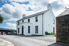 New build contemporary farmstead with curved metal roof Metal Roofs Farmhouse, Modern Farmhouse, Modern Country, Farmhouse Ideas, Country Style, Houses In Ireland, Ireland Homes, House With Porch, House Front