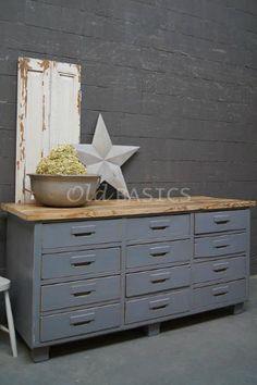 Dressoir 10023 - Dit dressoir is strak vormgegeven en heeft toch een landelijke uitstraling. Met een mooi blank houten blad. In een koele grijze kleur.