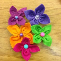 Make a Super Simple Felt Flowers--it all starts with a square, not individual petals! Looks Easy! Felt Flowers, Diy Flowers, Beaded Flowers, Fabric Flowers, Diy Bow, Diy Hair Bows, Felt Crafts, Fabric Crafts, Wooly Bully
