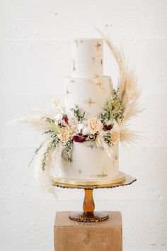 Top 10 Wedding Cake Trends for 2020 - Poptop Event Planning Guide country chocolat mariage cake cake country cake recipes cake simple cake vintage Elegant Wedding Themes, Simple Elegant Wedding, Wedding Trends, Boho Wedding, Wedding Ideas, Trendy Wedding, Black Wedding Cakes, Beautiful Wedding Cakes, Beautiful Cakes