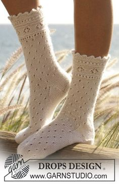 """Socks with lace pattern in """"DROPS Alpaca"""" Free instructions from DROPS Design. Knitting Blogs, Arm Knitting, Knitting Socks, Knitting Patterns Free, Knitting Projects, Free Pattern, Crochet Patterns, Knitting Tutorials, Lace Patterns"""