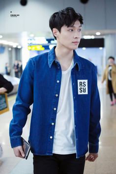 Lay - 160330 Beijing Airport, arrival from Incheon Credit: Crush Ice. (베이징공항 입국)