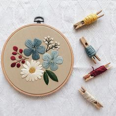 hand embroidery designs and patterns Crewel Embroidery Kits, Floral Embroidery Patterns, Simple Embroidery, Modern Embroidery, Hand Embroidery Designs, Embroidery Needles, Diy Broderie, Crafts, Design Patterns