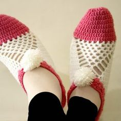 Easy to make cluster crochet slippers - free pattern, charts and video at My Accessory Box. Quick Crochet, Unique Crochet, Single Crochet, Free Crochet, Double Crochet, Knit Crochet, Crochet Slipper Pattern, Crochet Shoes, Crochet Slippers