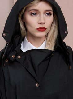 WATERDICHT Amsterdam - The Straincoat Cape merges the best qualities of a coat and a cape and its character can best be described as the ultimate mix between Parisian couture and Dutch functionality. Understated chic is the household signature of Waterdicht Amsterdam.