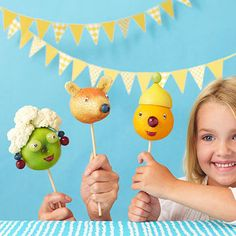 Permission to play with your food! Let kids #craft their own fruit and vegetable puppets. www.parents.com/fun/arts-crafts/kid/puppet-play/?socsrc=pmmpin092712cSnackPackPuppets#page=11