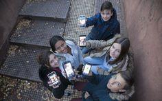 Los padres asisten desorientados a la nueva adolescencia de los menores, entregados al móvil y las redes