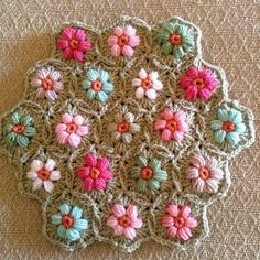 Daisy Puffs. by angelala242 on Flickr.Daisy Puffs made by Angela. Free Daisy puffagons pattern by Cherry Heart here http://sandra-cherryhear...