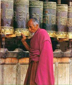 Moine tibétain qui fait tourner les moulins à        prières pour la paix dans le monde. scontent-cdg2-1.xx.fbcdn.net