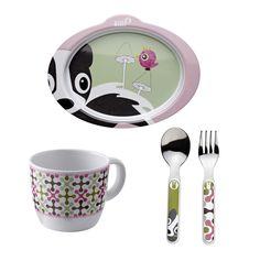 """Ce joli ensemble repas sous le thème """"foret"""" de couleur rose de la merveilleuse marque Silly U se compose d'une assiette anti-dérapante, d'une tasse et de ces couverts.  Dimensions assiette : 13 x 16,5 cm  Dimension tasse : Hauteur : 6,5 cm / Diamètre : 8 cm  Dimensions couverts : 14 cm  Lavable en lave-vaisselle  100% mélamine, aucun formaldéhyde"""