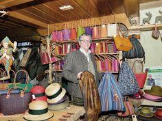 Georg Eder mit seinen Waidsäcken im Geschäft Bad Aussee
