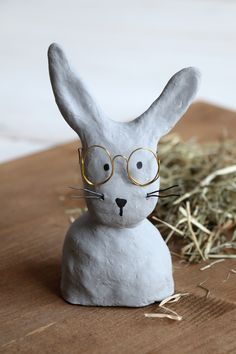 DIY: Baste with glasses made of modeling clay - Modeling compound ideas – concrete rabbit: Easter decoration is easy with modeling compound. Clay Crafts For Kids, Diy For Kids, Easter Art, Easter Bunny, Easter Table Decorations, Air Dry Clay, Diy Clay, Diy Art, Betta