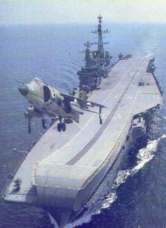 One of the nicest carrier and Harrier pictures I have come across. Military Jets, Military Aircraft, Indian Navy Aircraft Carrier, Image Avion, Navy Carriers, Us Navy Ships, Armada, Army & Navy, Hale Navy